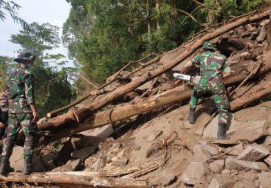 Yonzipur 18/YKR Buka Akses Jalan Untuk Suplai Logistik dan Air Bersih di Daerah Bencana